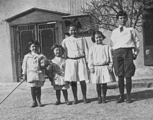 The Glasgow children in the courtyard of the Magoffin Home, ca. 1910.