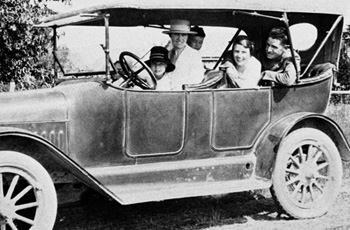 A family traveling on the historic Bankhead Highway.