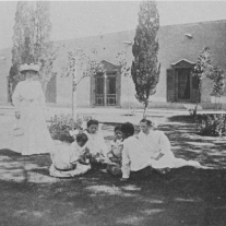 Magoffin grandchildren in front of the Home.