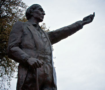 Statue of Navarro.
